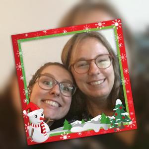 Grappige selfie van Eline en Tamar in een kitsch kerstframe met een sneeuwpop en kerstbomen