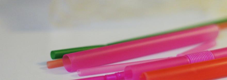 Collectie rietjes in verschillende kleuren en maten op een lichte achtergrond